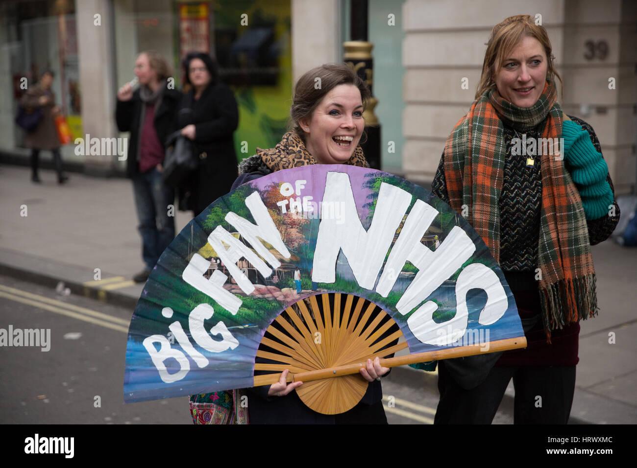 Londres, Royaume-Uni. 4 mars, 2017. Les partisans de la NHS prendre part à l'ENM c'est notre manifestation Photo Stock
