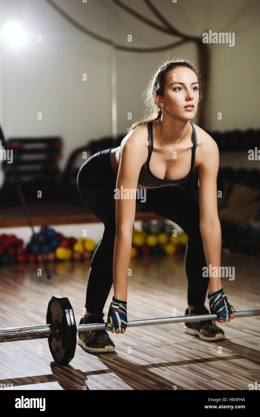 Femme fitness haltérophilie soulevé de terre. Modèle de remise en forme Salle de sport en haltérophilie Photo Stock