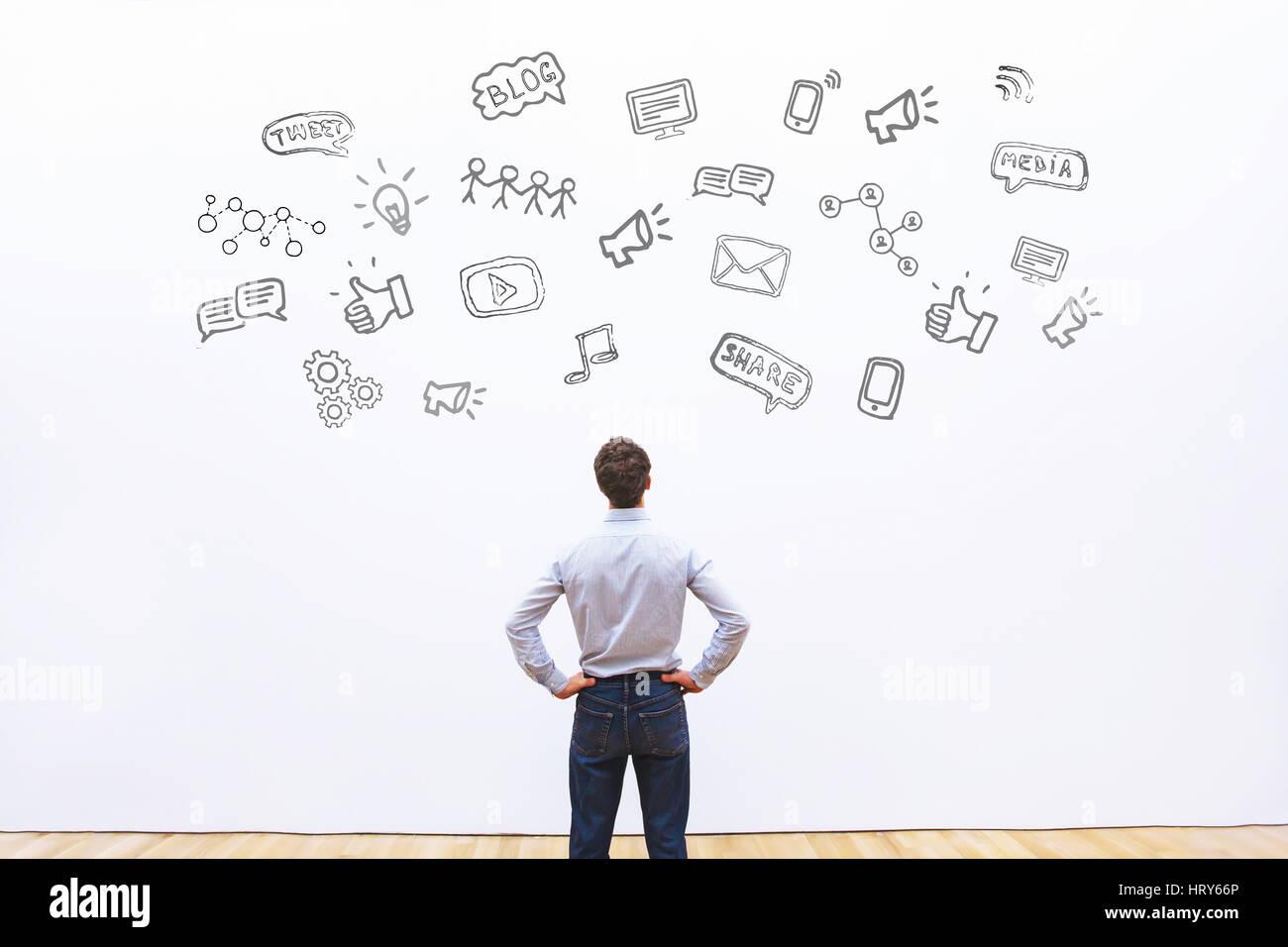 Les médias sociaux ou le réseau concept contexte, man looking at les icônes de tweet, partager, comme Photo Stock