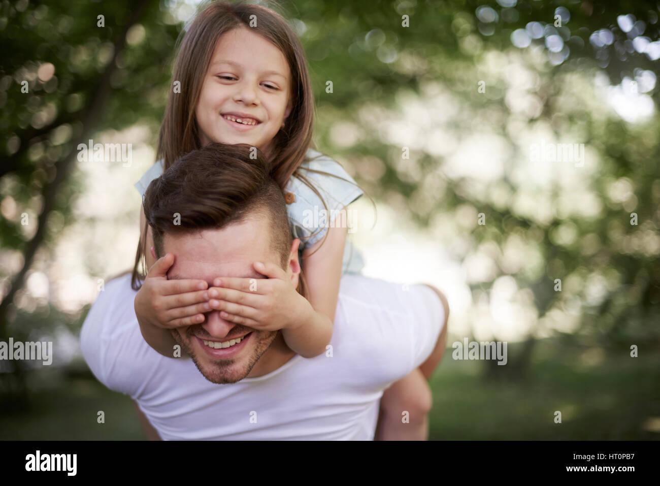 Jouer avec papa sur l'air frais Photo Stock