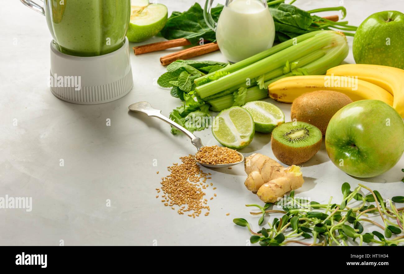 Préparé les ingrédients pour les smoothies riches en vitamines et minéraux est très utile Photo Stock