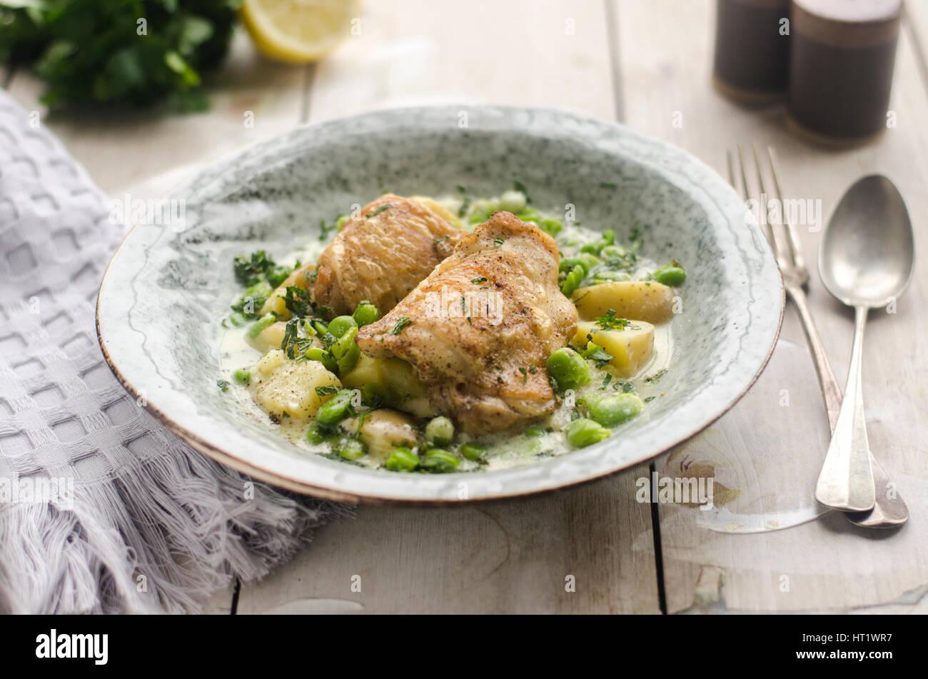 Cuisses de poulet rôti avec des fèves et des herbes Photo Stock
