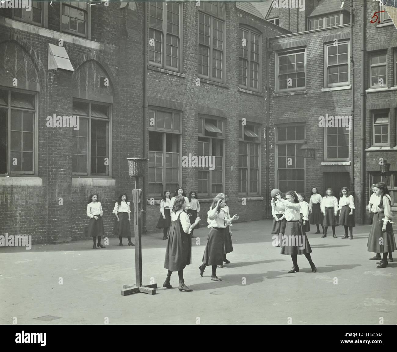 De jeunes filles, jouant dans l'aire de netball, William Street Girls School, Londres, 1908. Artiste: Photo Stock