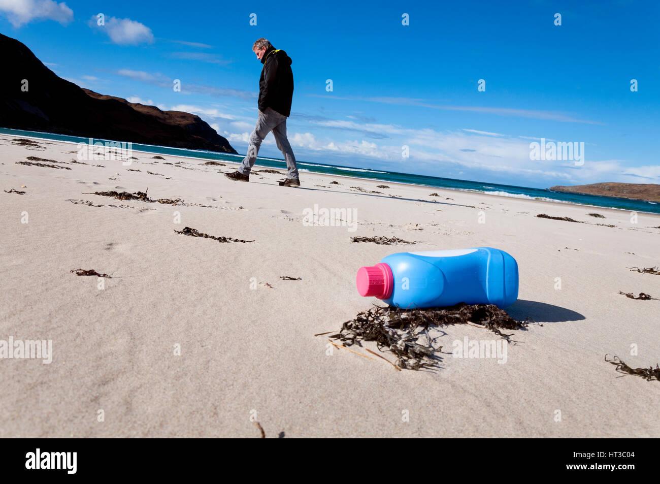 La pollution par les déchets de bouteilles en plastique sur la plage Maghera, Ardara, comté de Donegal, Photo Stock