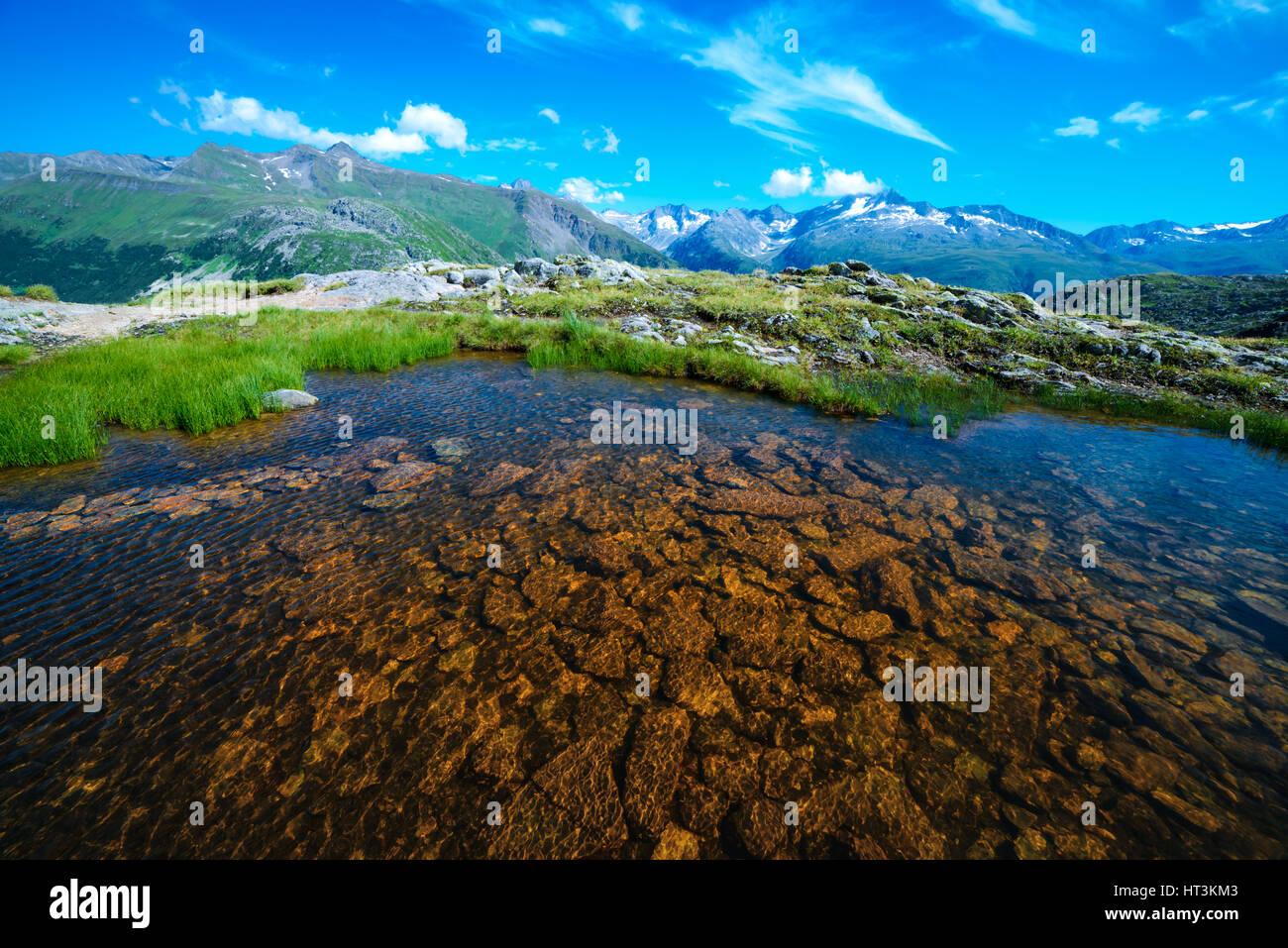 Magnifique vue sur petit lac près de Totensee lac sur le haut de Grimselpass. Alpes, Suisse, Europe. Photo Stock
