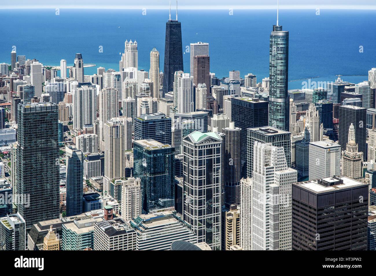 Vue aérienne de la ville de Chicago Lake/à la nord-est du quartier des affaires du centre-ville avec vue Photo Stock