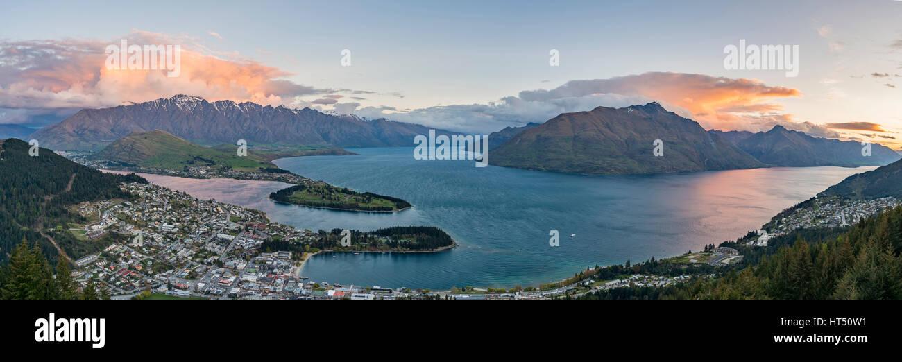 Vue sur le lac Wakatipu et Queenstown au coucher du soleil, Ben Lomond Scenic Reserve, chaîne de montagne, Photo Stock
