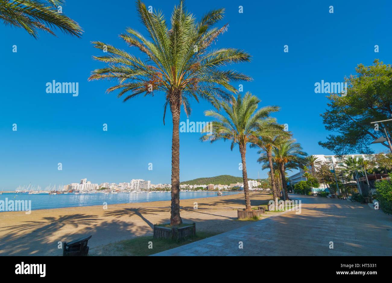 Sur le bord de mer en soleil Ibiza Sant Antoni de Portmany, faites une promenade le long de la promenade principale, Photo Stock