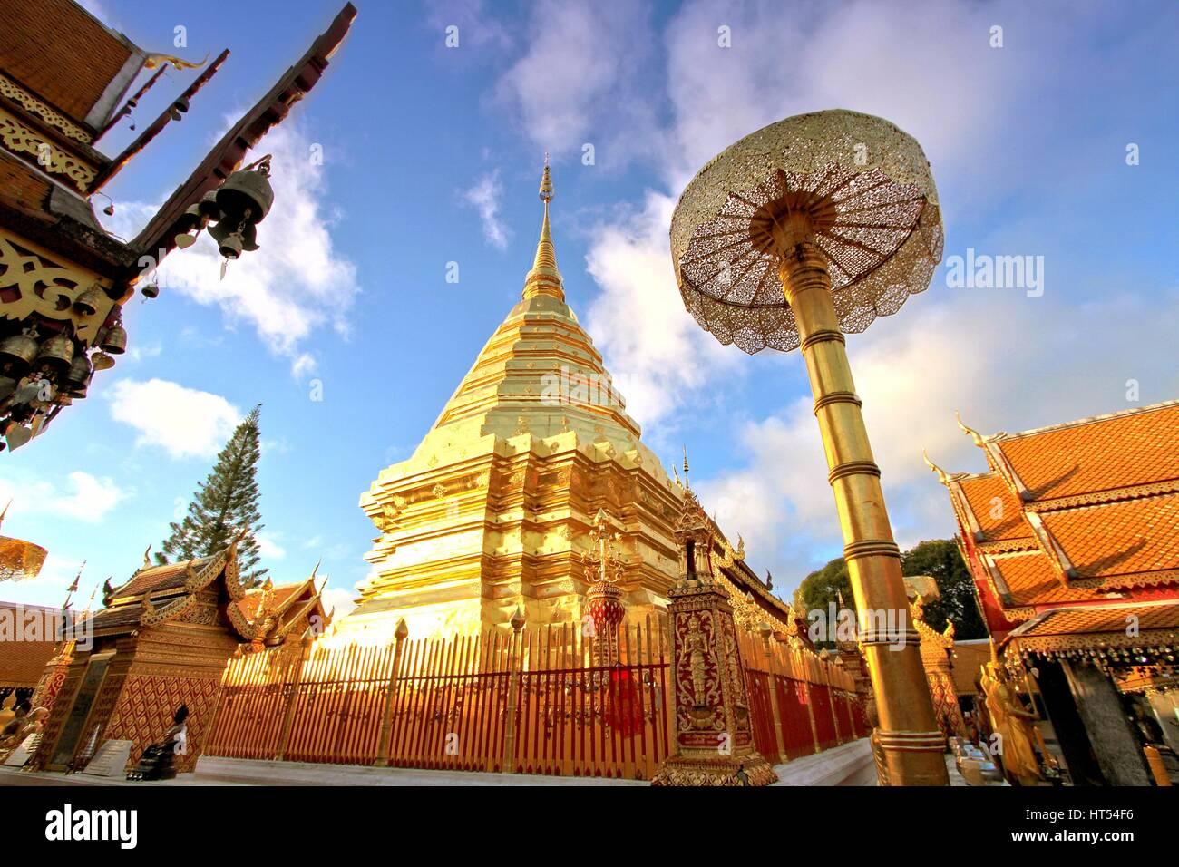 La pagode d'or contre le ciel bleu clair au Wat Phra That Doi Suthep, un célèbre temple bouddhiste theravada à Chiang Banque D'Images