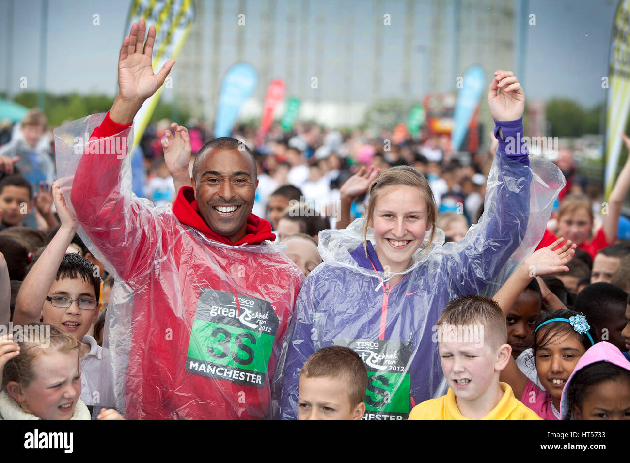 Colin Jackson et athlète olympique Holly Bleasedale (maintenant Holly Bradshaw) démarrer le Tesco Grand Photo Stock