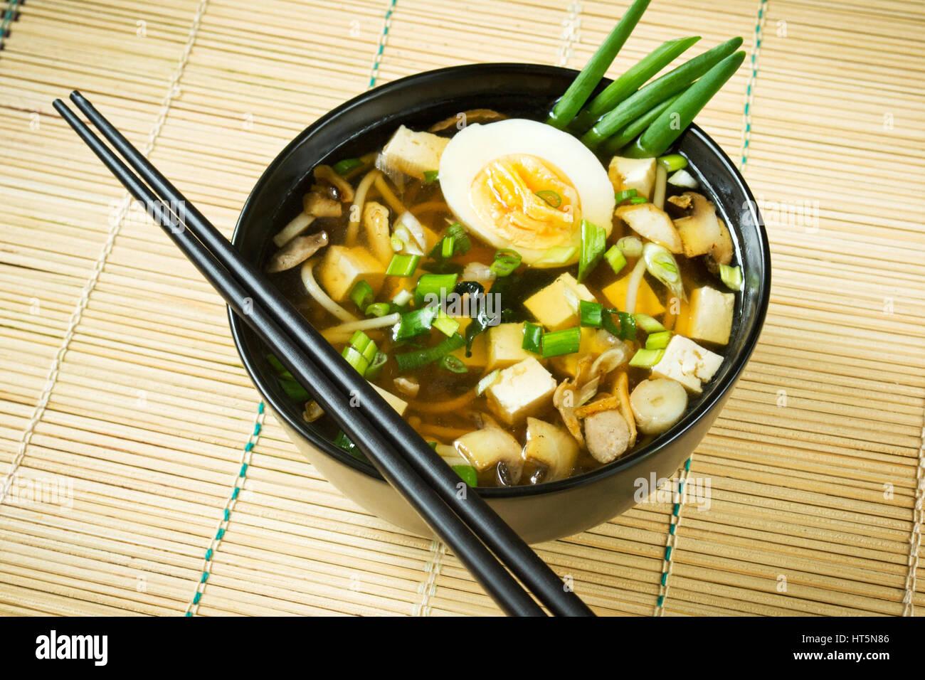 La soupe miso dans un bol noir Photo Stock
