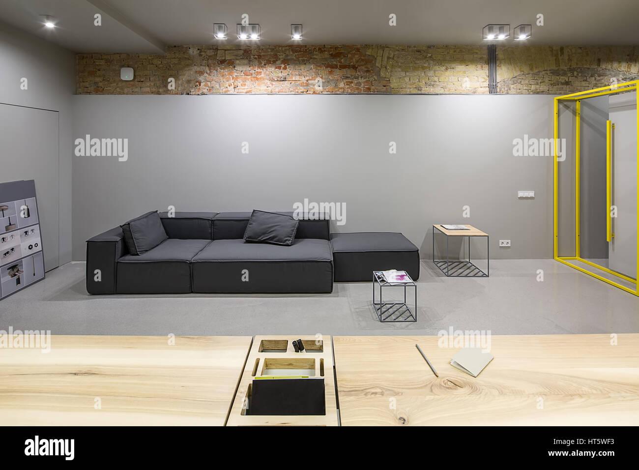 Bureau contemporain dans un style loft avec des murs en brique et