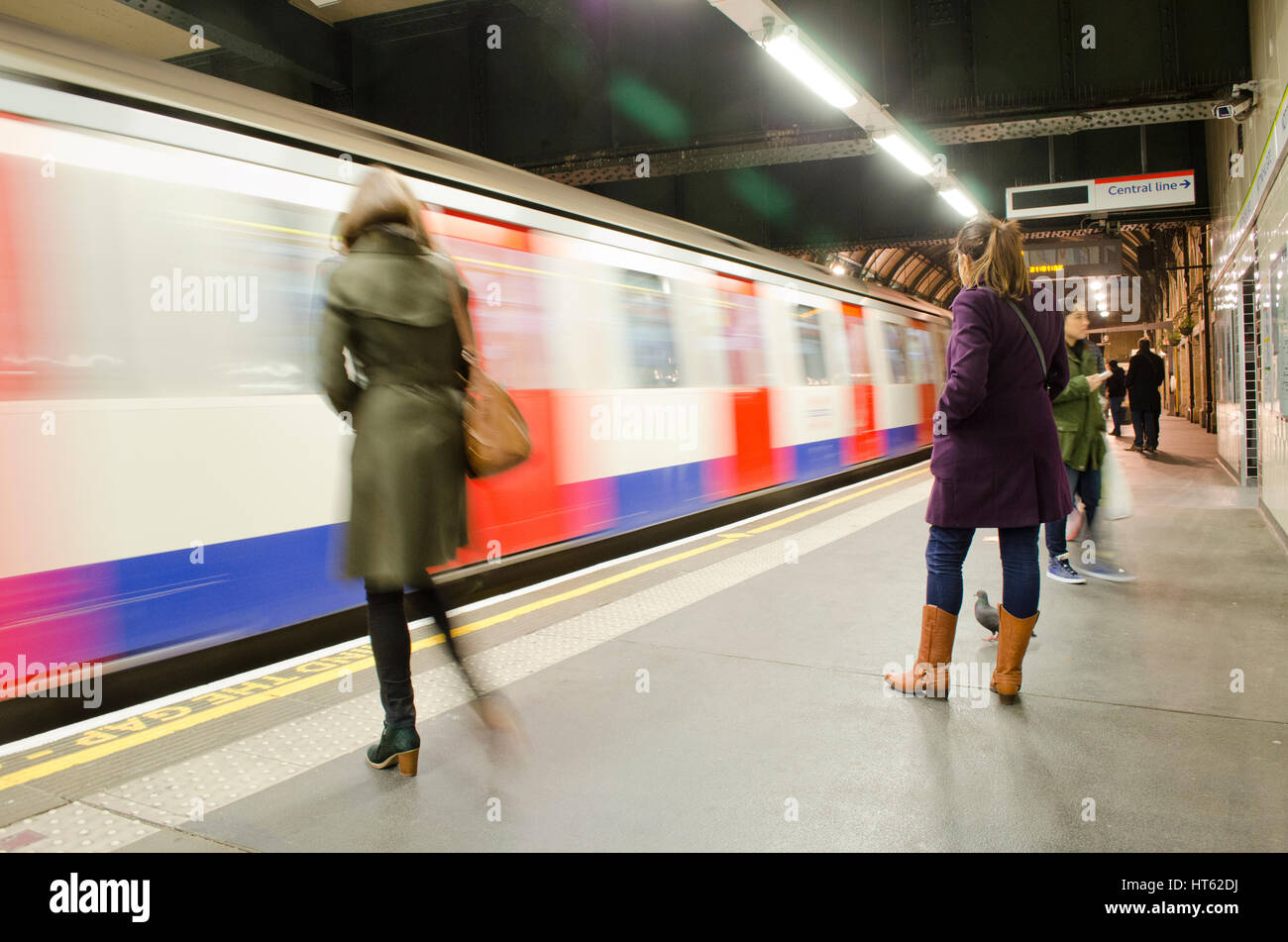 En attente d'un train sur le quai de la station de métro de Londres Photo Stock