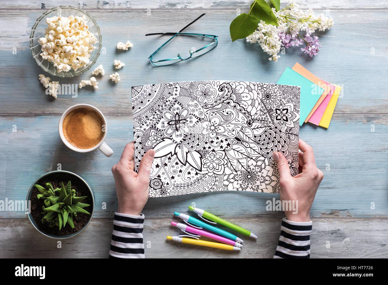 Mise à plat, les femmes adultes à colorier coloriage, nouvelle tendance du stress Photo Stock