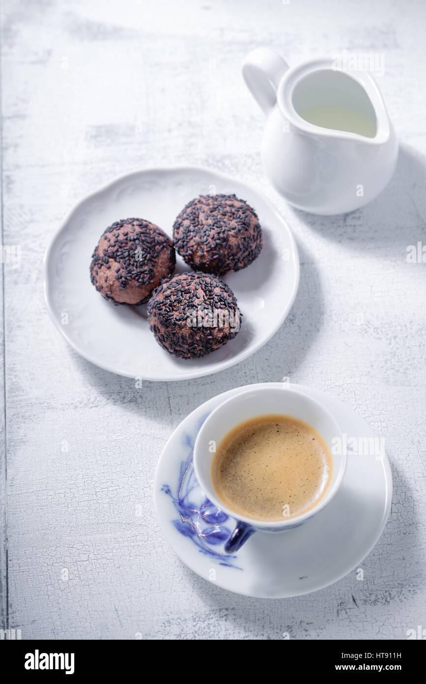 Biscuits aux amandes avec du chocolat Photo Stock
