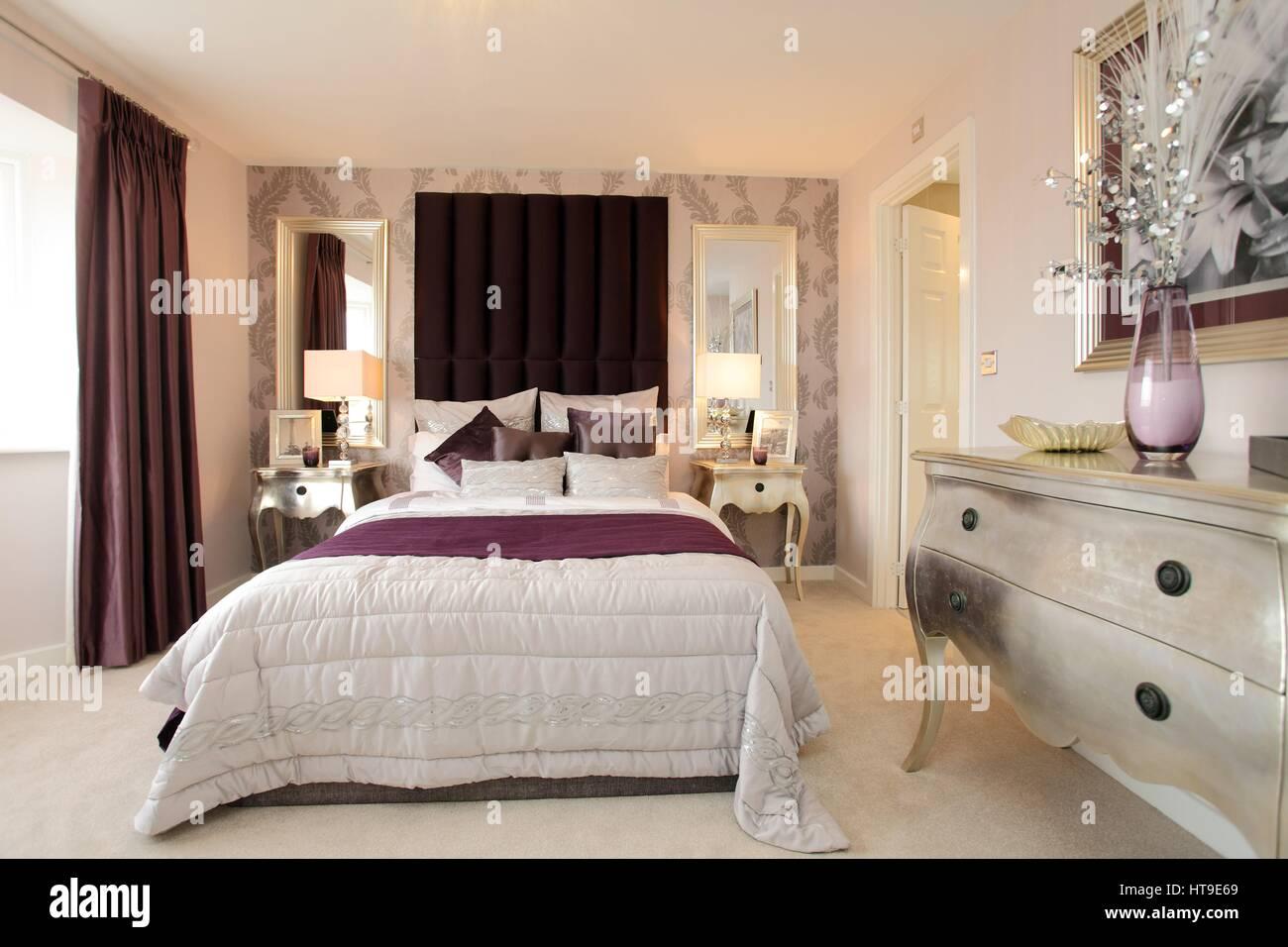 Home intérieur, une chambre décorée dans des couleurs crème et mauve ...