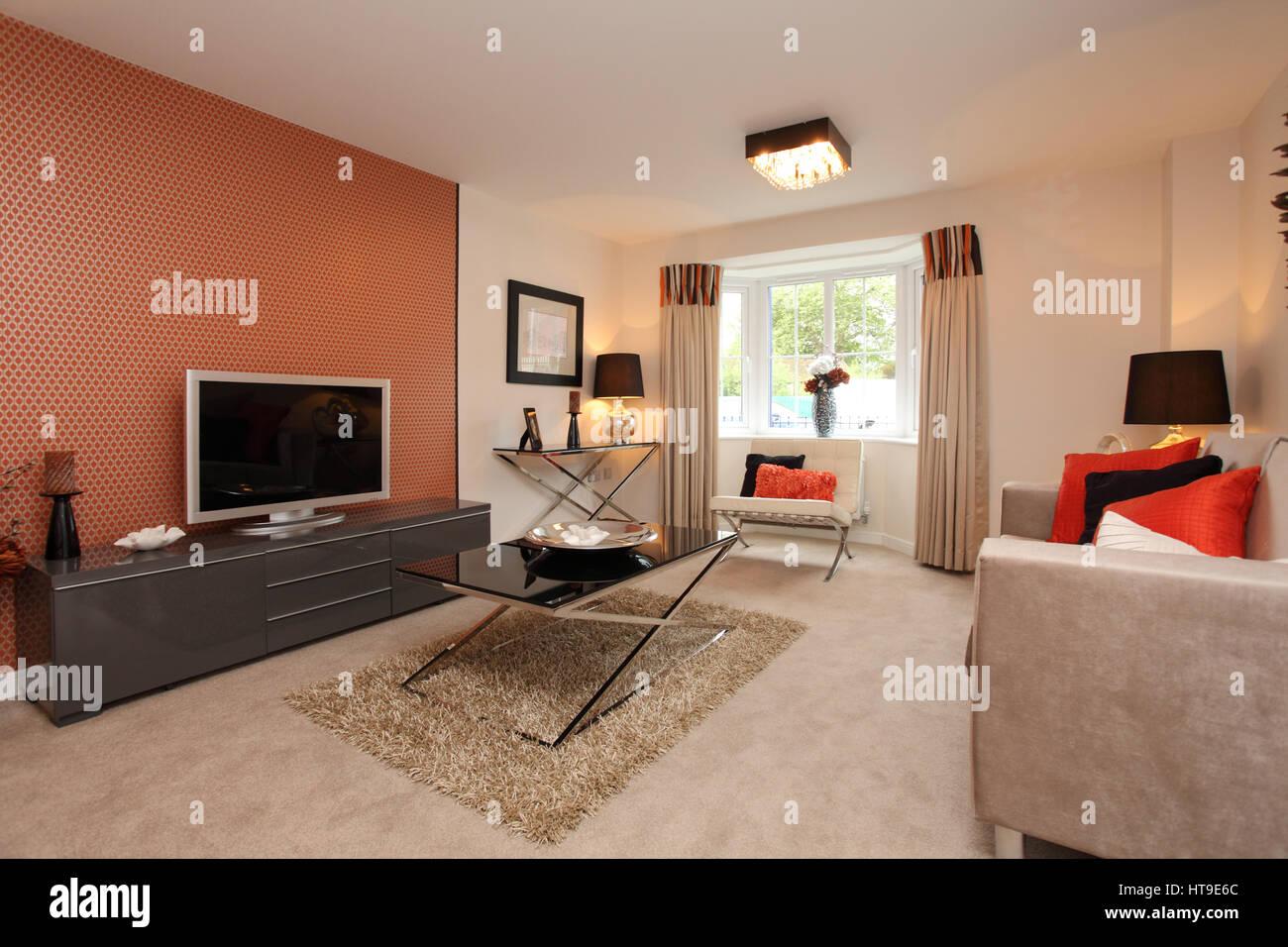 Home intérieur. salon, mur, Mur d'orange, table basse en verre, des meubles beige, fauteuil, tapis, Photo Stock