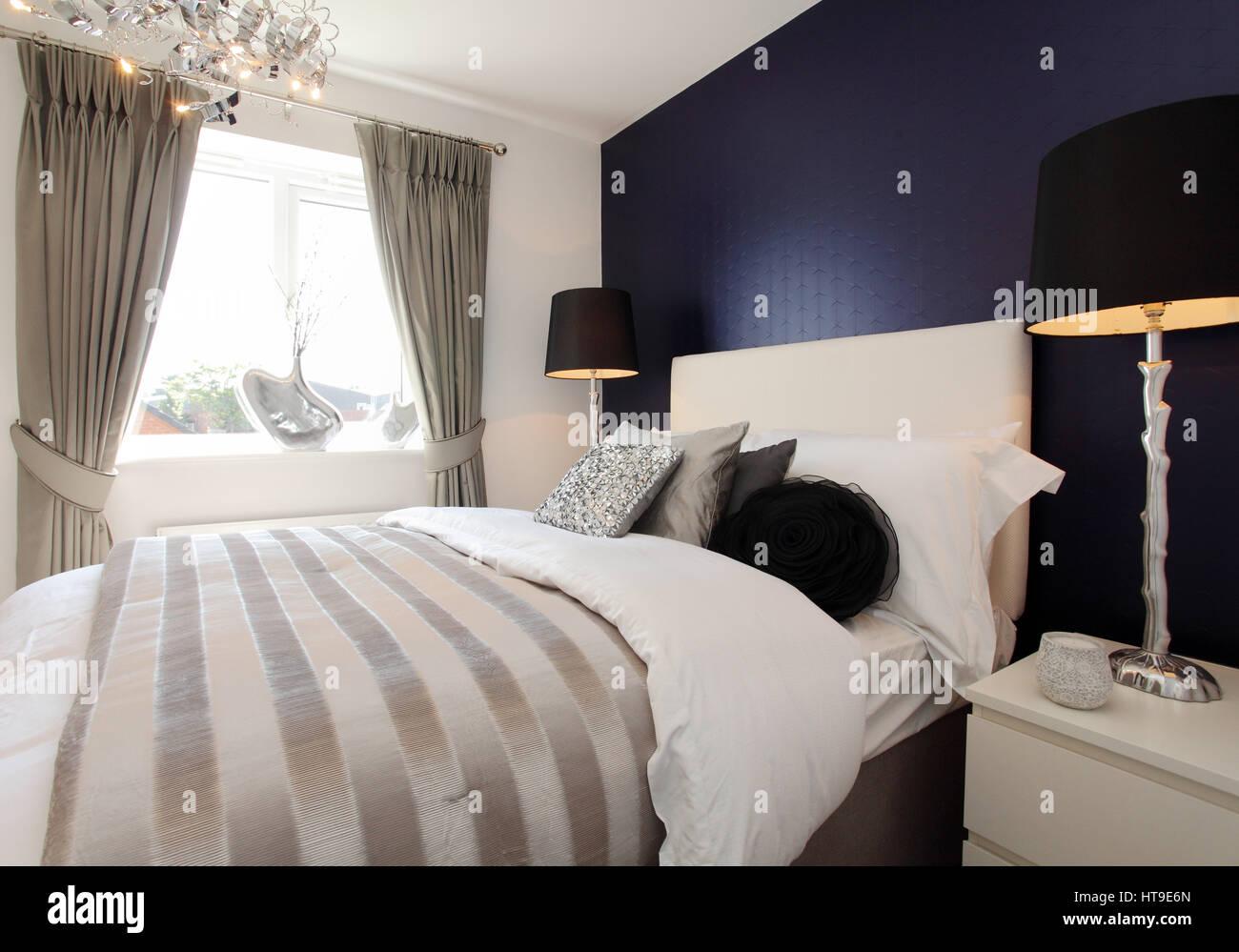 Home intérieur. Chambre, bleu d\' mur, lampes de chevet ...