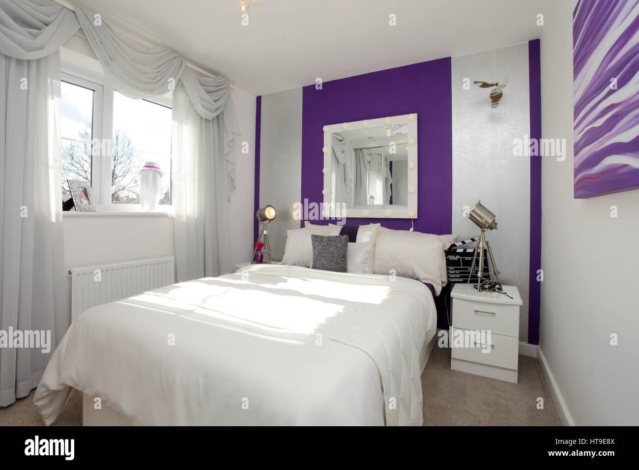 Home intérieur, chambre, décoration, mur violet caractéristique
