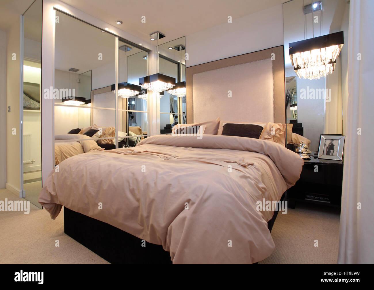 Home intérieur. Chambre, argent, miroir salle de bain, couvre-lit ...
