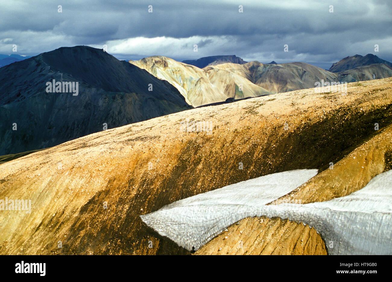 Paysage montagneux volcaniques irréel étonnante en Islande en belle lumière Photo Stock
