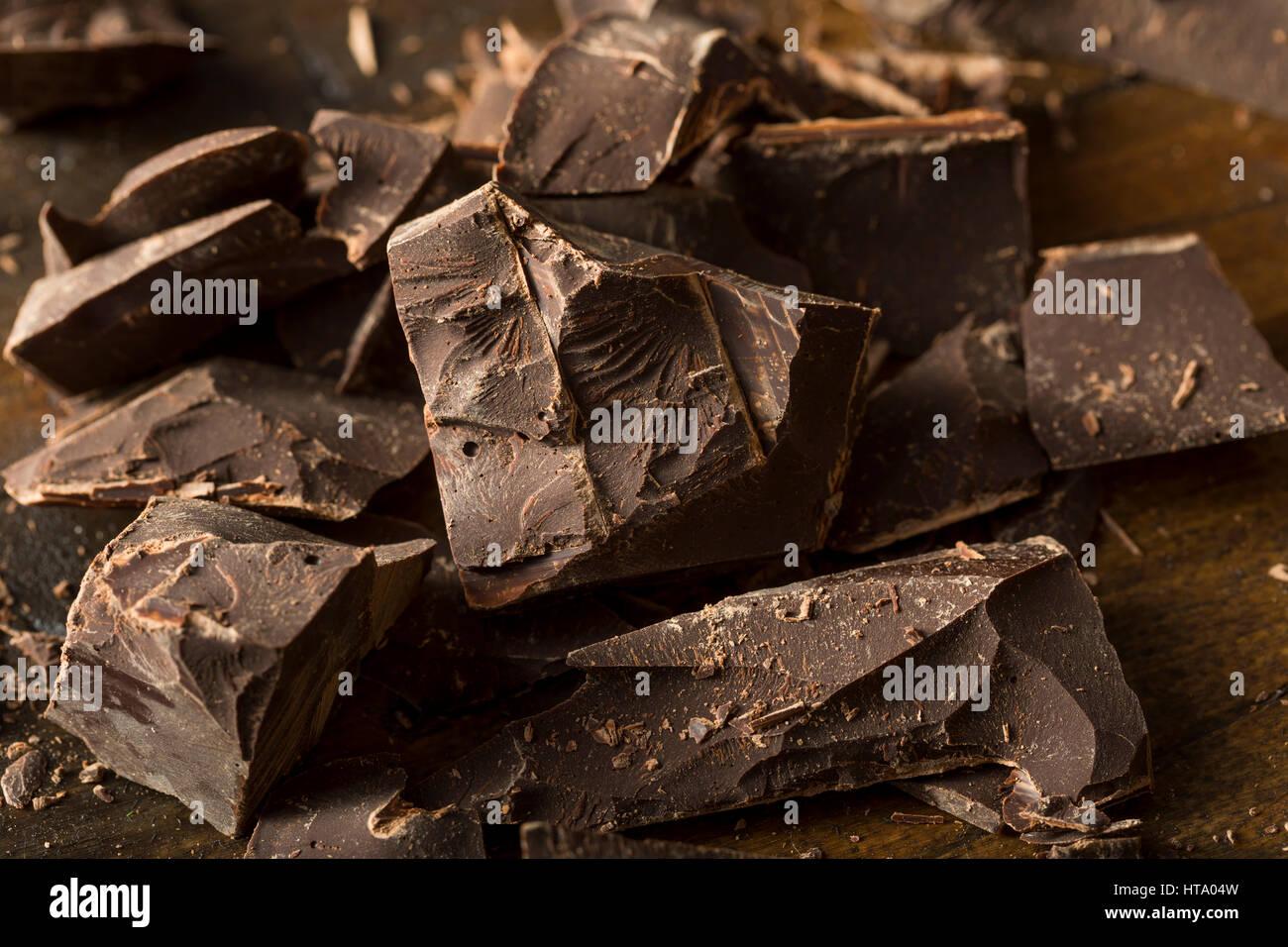Chocolat noir mi-sucré Bio morceaux pour la cuisson Photo Stock