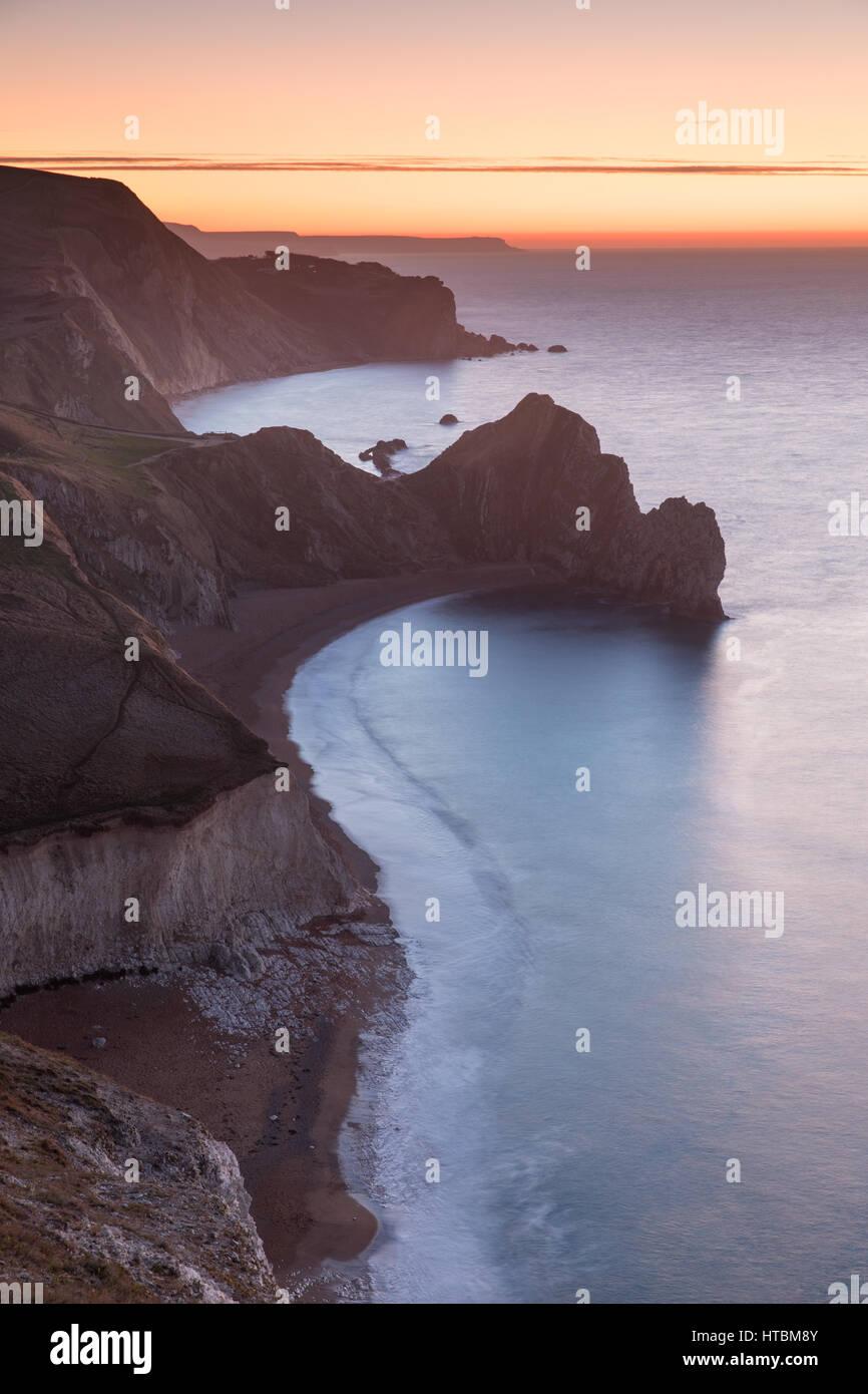 Durdle door et st oswald's Bay d'Swyre la tête à l'aube, la Côte Jurassique, de Purbeck, Dorset, England, UK Banque D'Images
