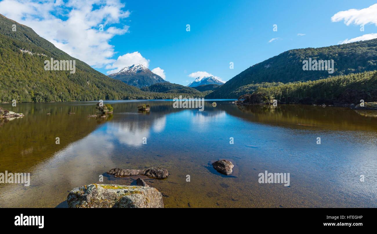 Sylvan Lake avec ses montagnes couvertes de forêts, Mount Aspiring National Park, Otago, Nouvelle-Zélande, Photo Stock