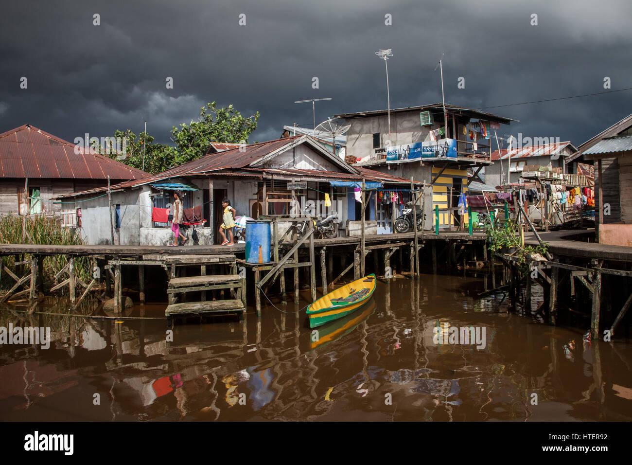 Des maisons sur pilotis au village flottant à côté de la puissante rivière Kapuas où la Photo Stock