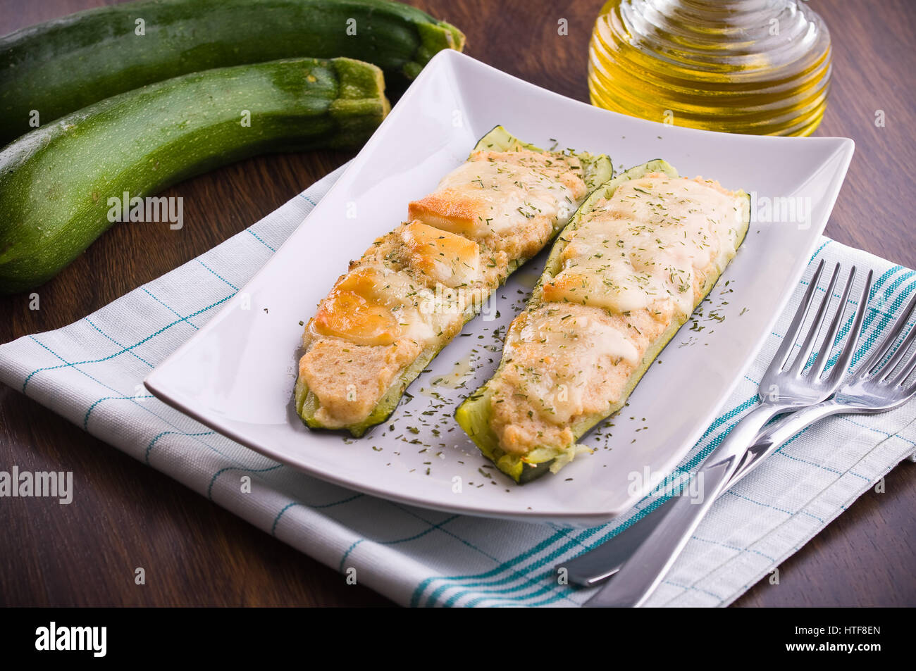 Courgettes farcies au fromage. Photo Stock