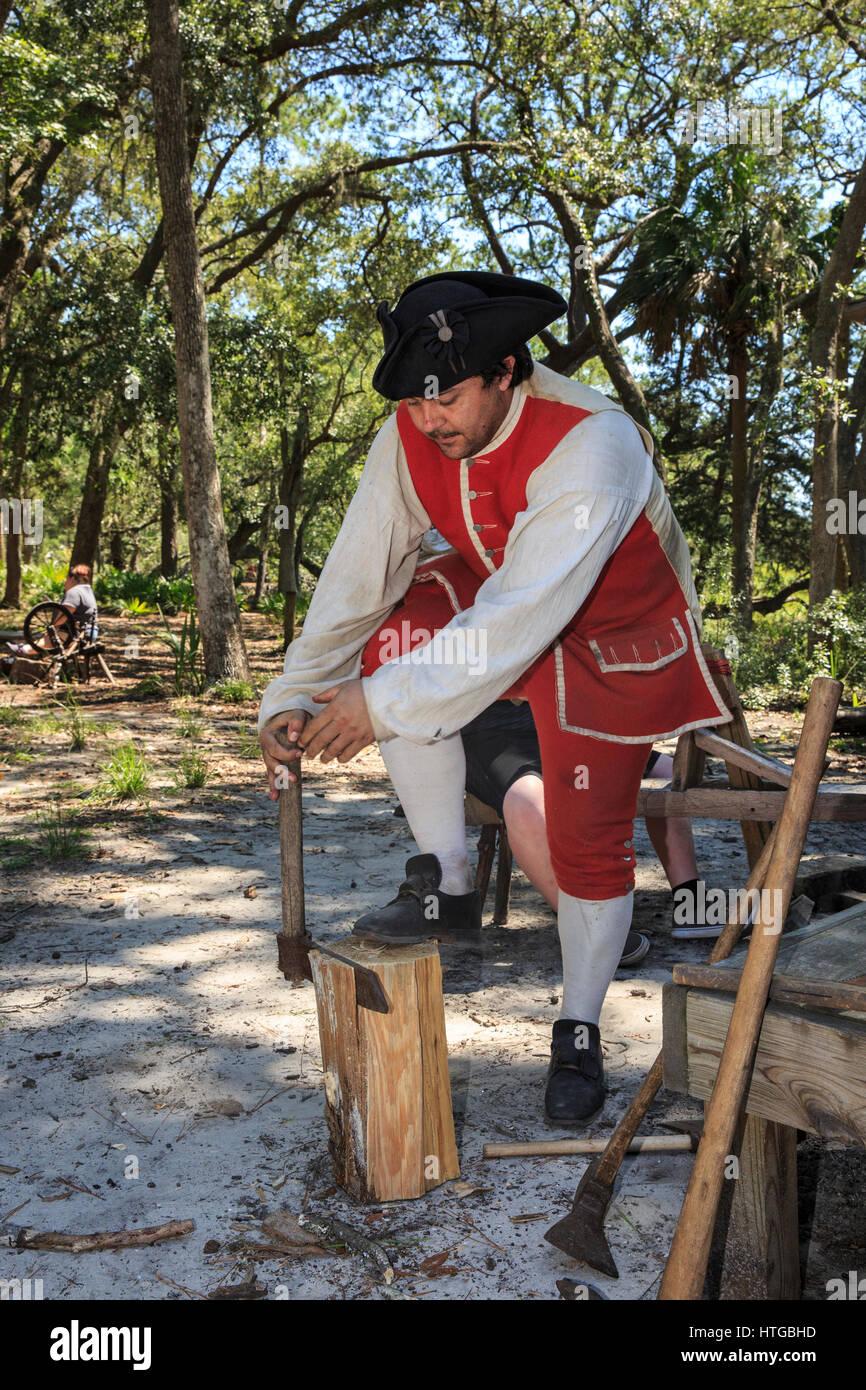 Partager l'homme fines pièces de bois provenant d'un journal à utiliser comme bardeaux. Photo Stock