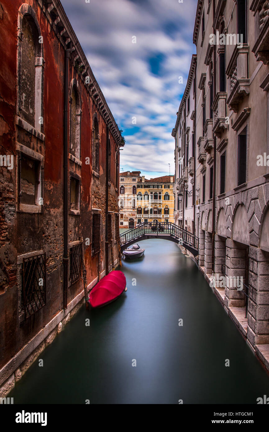 Une longue exposition d'un canal tranquille de Venise, Italie. Dans l'arrière-plan est le Grand Canal. Photo Stock