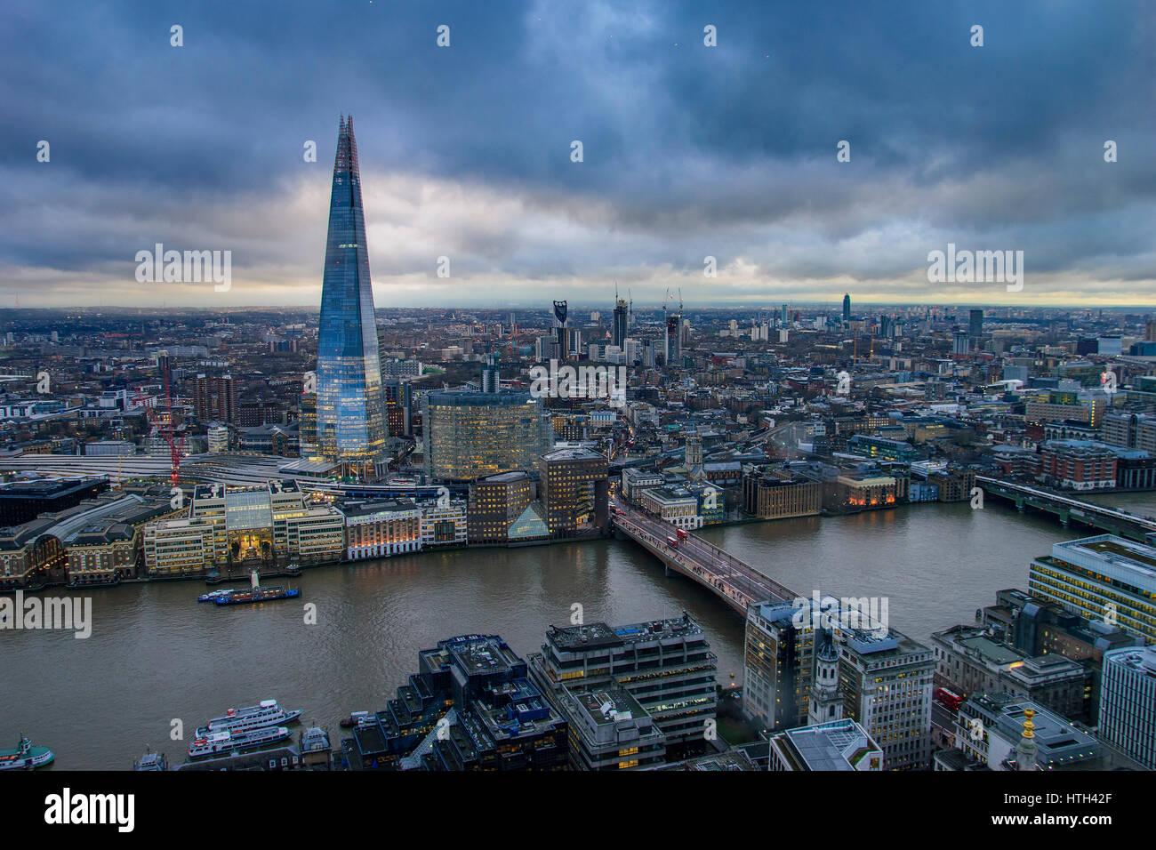 Vue panoramique vue aérienne de Londres avec le fragment urbain et gratte-ciel de la rivière Thames, au Photo Stock