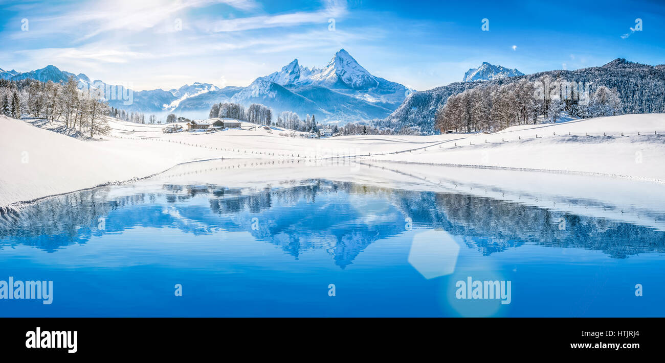 Vue panoramique de beaux paysages Winter Wonderland blanc dans les Alpes avec les sommets de montagne enneigées Photo Stock