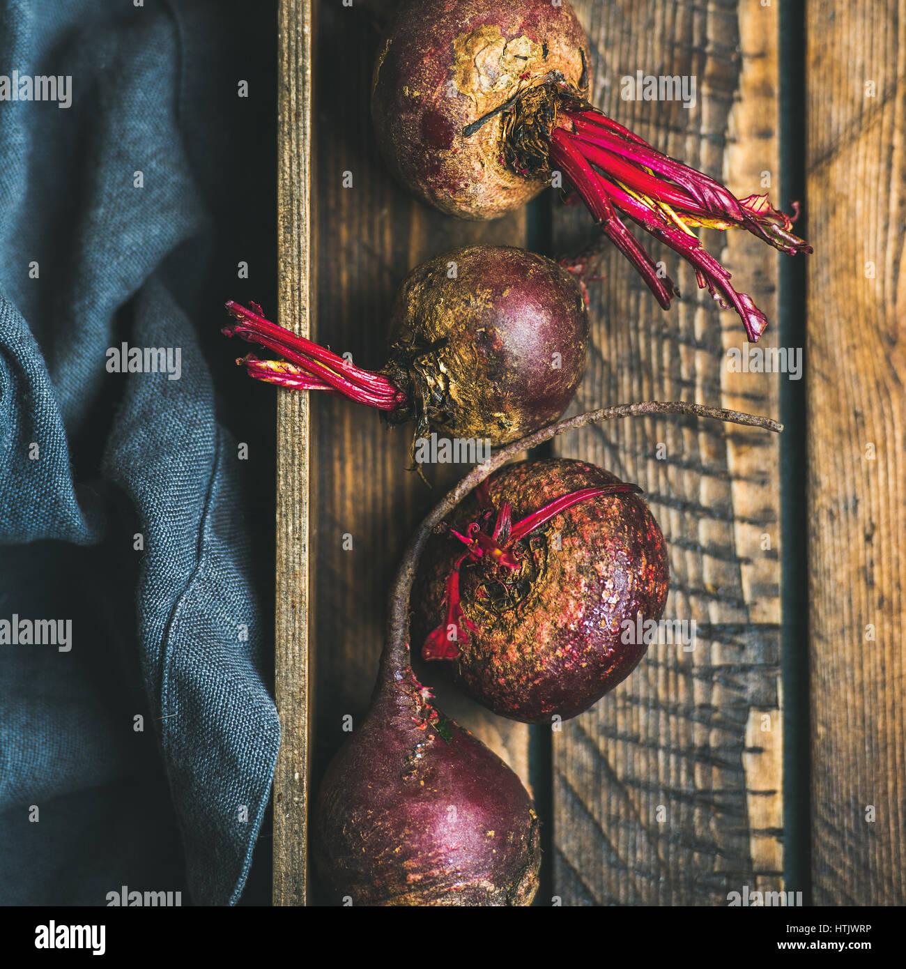 Violet biologiques crus beetroots dans un coffret en bois, carré petit Photo Stock