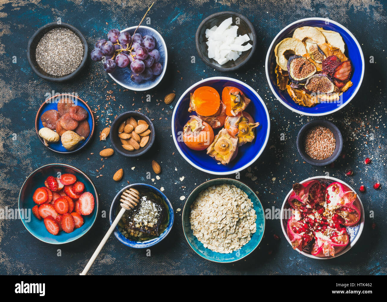 Fruits frais et secs, graines de chia, gruau, noix, miel Photo Stock