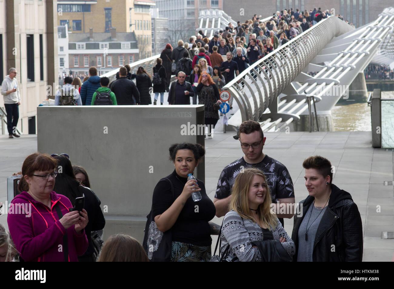 Millenium Bridge Londres rempli de personnes traversant la rivière Thames, sur un week-end ensoleillé Photo Stock