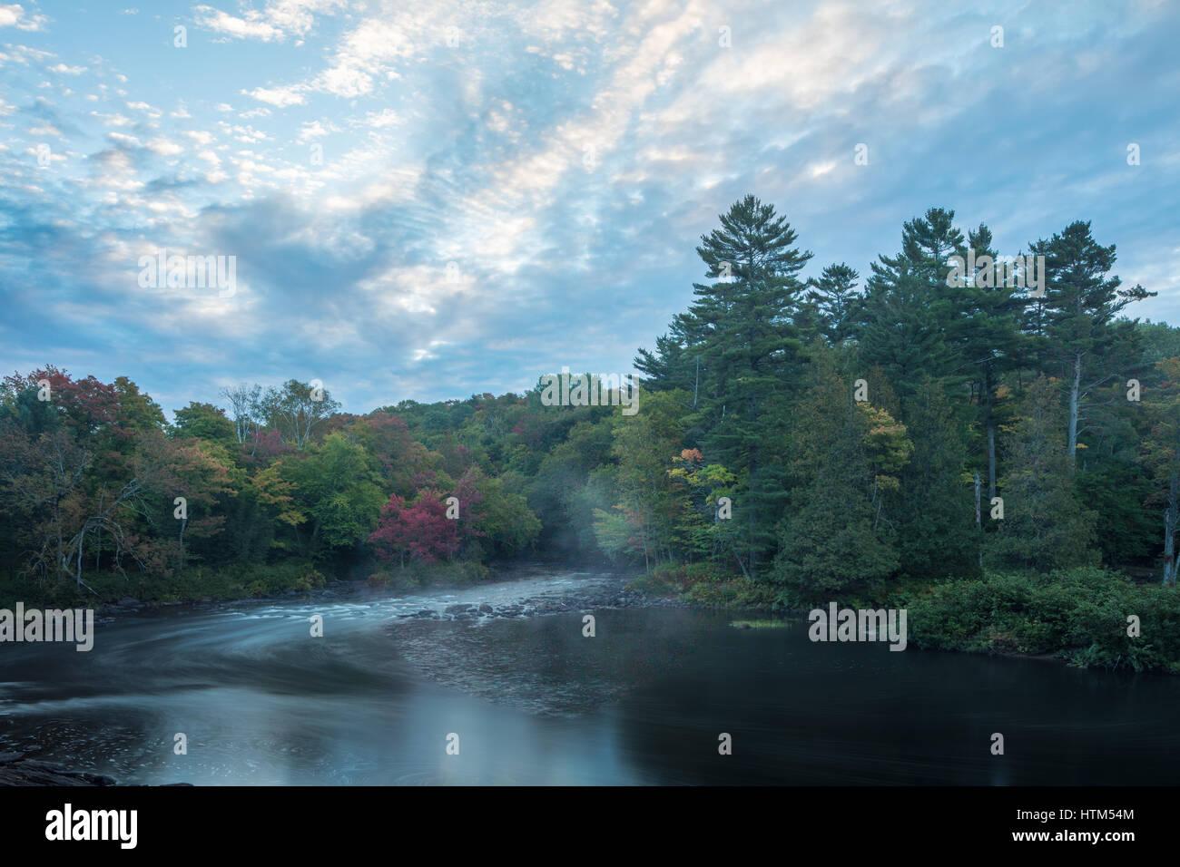 Couleurs d'automne, Oxtongue Rapids, Muskoka, Ontario, Canada Banque D'Images