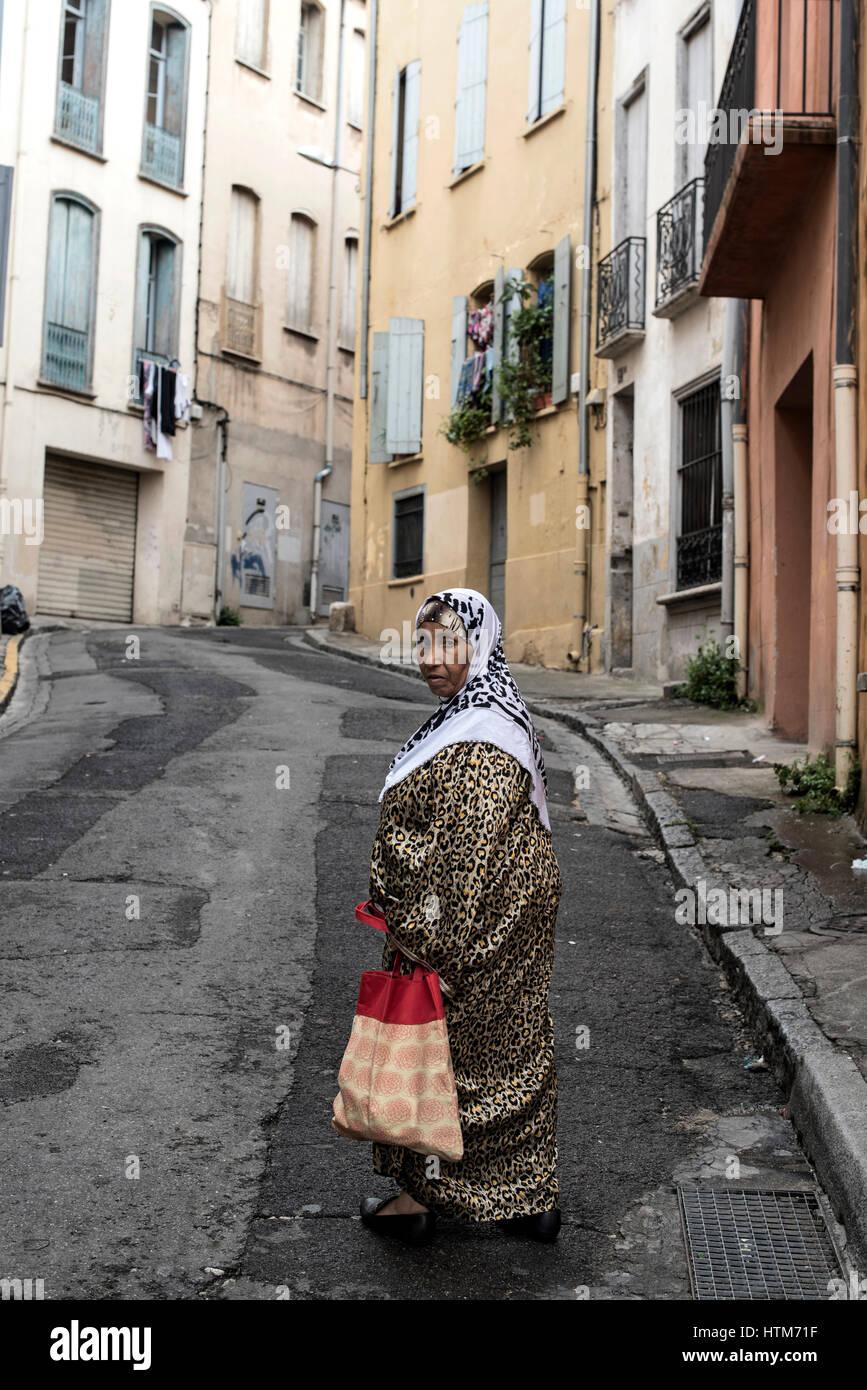 Une femme avec foulard à Perpignan, qui est la capitale de département, France. Photo Stock