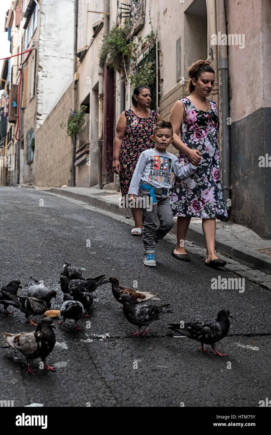 Les piétons passant pigeons sur une rue de Perpignan, qui est la capitale de département, France. Photo Stock