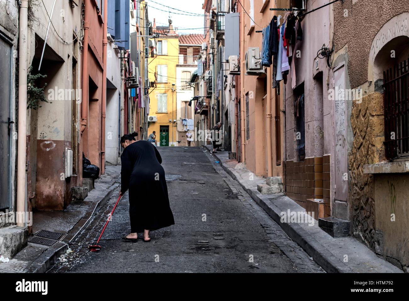 Une femme de la rue de nettoyage à Perpignan, qui est la capitale de département, France. Photo Stock