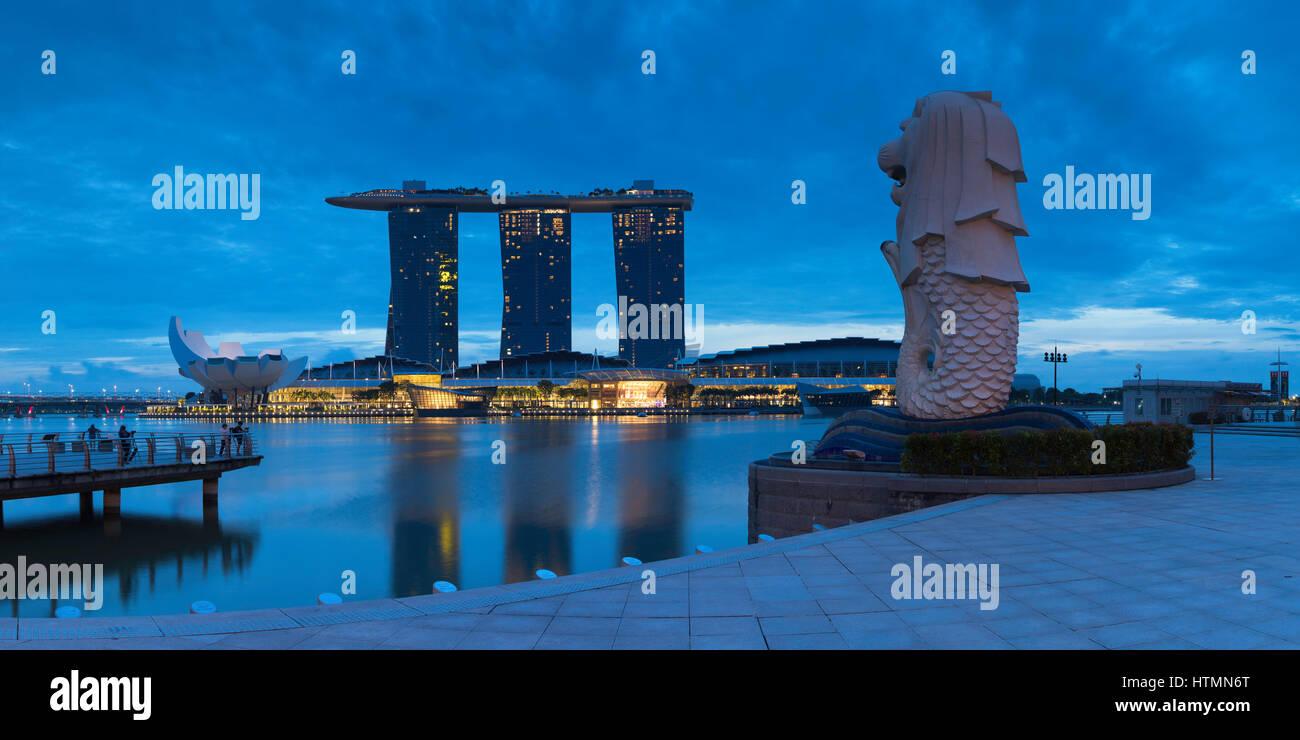 Statue du Merlion et Marina Bay Sands Hotel, Marina Bay, Singapour Banque D'Images