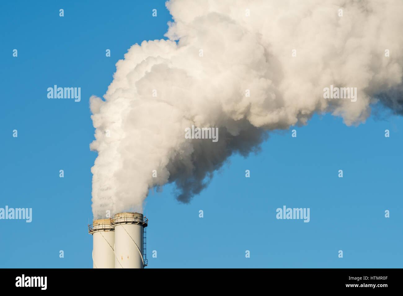 Le tuyau d'une centrale à charbon avec la fumée blanche comme un réchauffement global concept. Photo Stock