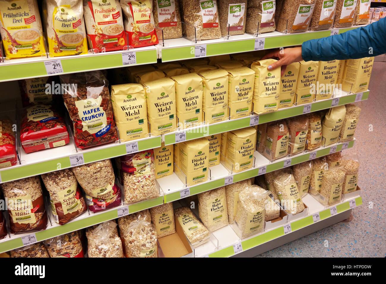 Étagères avec des produits alimentaires de Santé marque Alnatura dans un  magasin DM Photo Stock 1432568f06ba