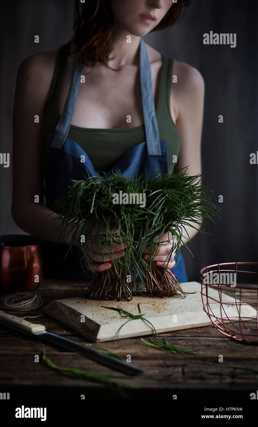 Woman holding agretti, typiquement italienne légumes de printemps Photo Stock
