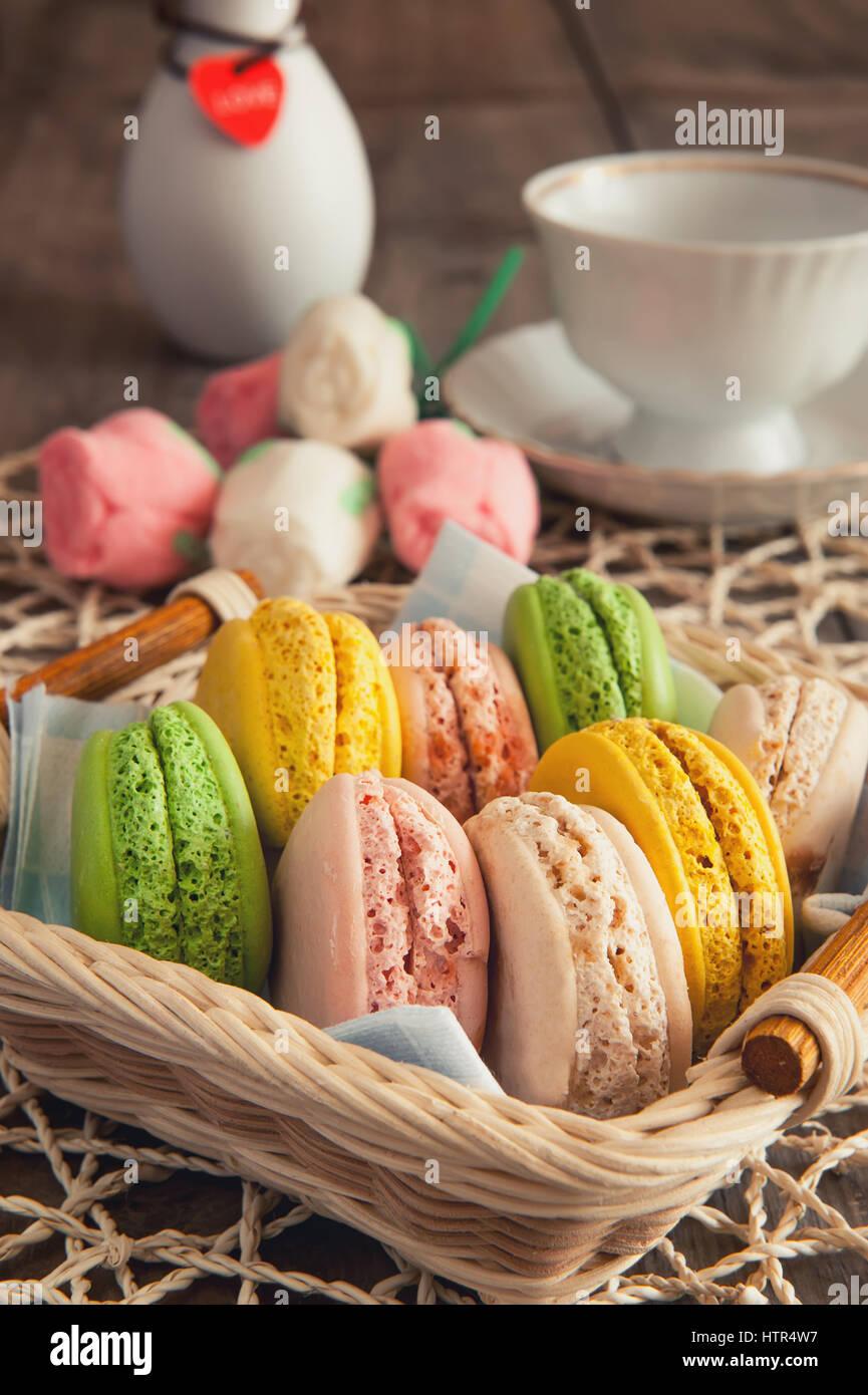 Gâteaux, macarons, aéré, coloré, rond, tendre, doux, panier Photo Stock