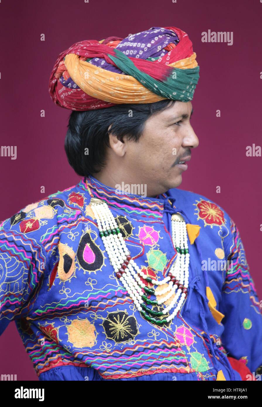 L Homme Indien Vetu De Costumes Colores Et Coiffure Full Frame