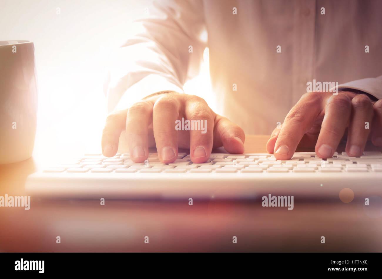 Businessman typing sur clavier de l'ordinateur à l'office. Concept pour des affaires et de la technologie, peut Banque D'Images
