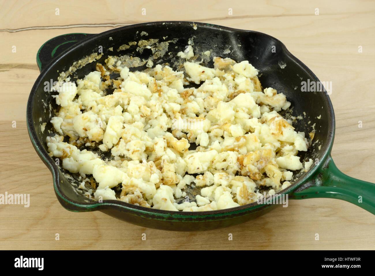 Cœur en santé cholestérol bas blancs d'oeufs frits dans une poêle Photo Stock