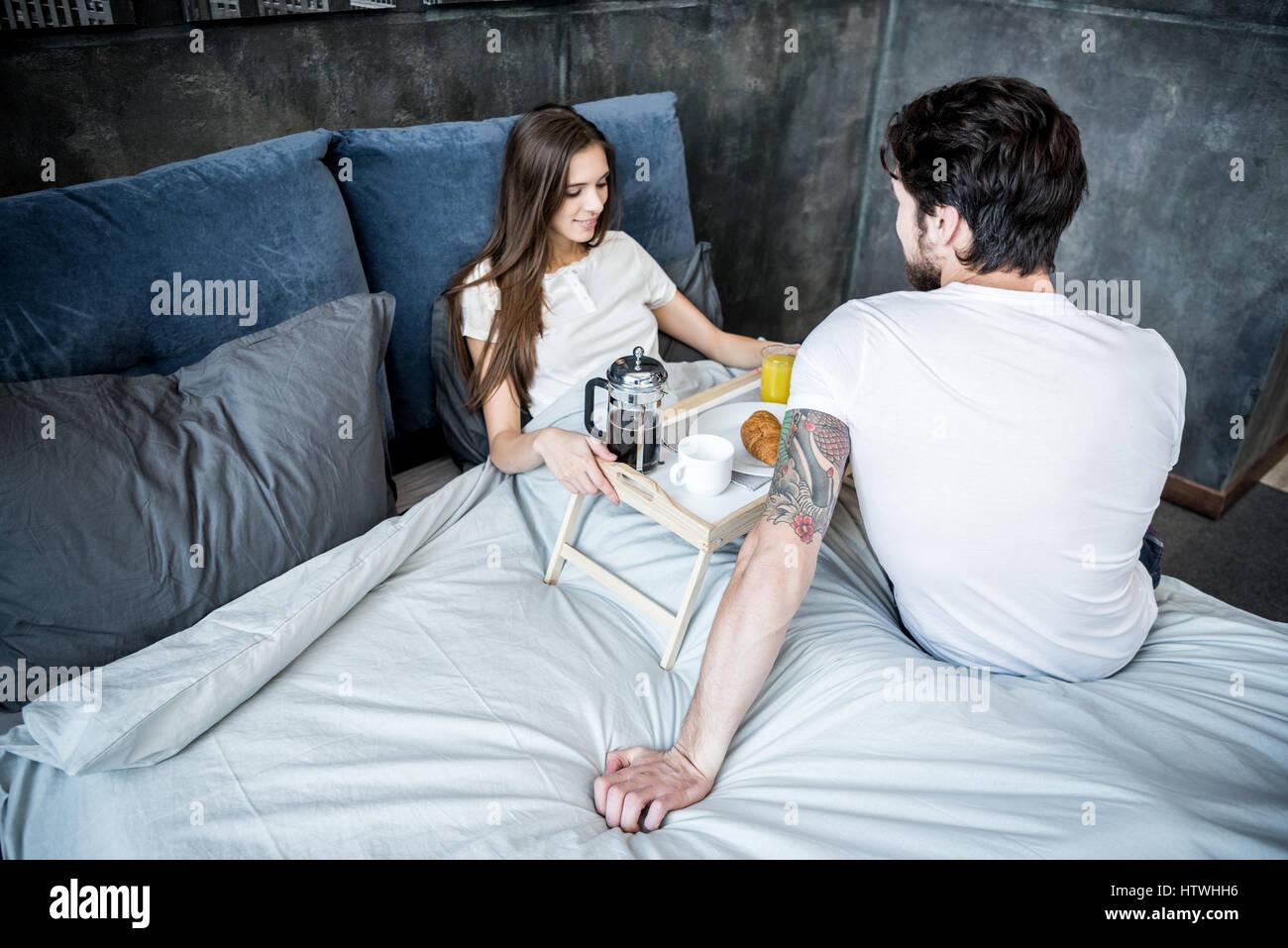 Lit Pour Jeune Homme jeune homme apporte le petit déjeuner au lit pour sa jolie